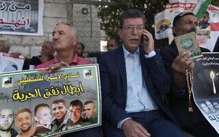 """קדורה פארס, בכיר באש""""ף, מגיע להביע תמיכה באסירים שנמלטו מכלא גלבוע (צילום: AP Photo/Nasser Nasser)"""