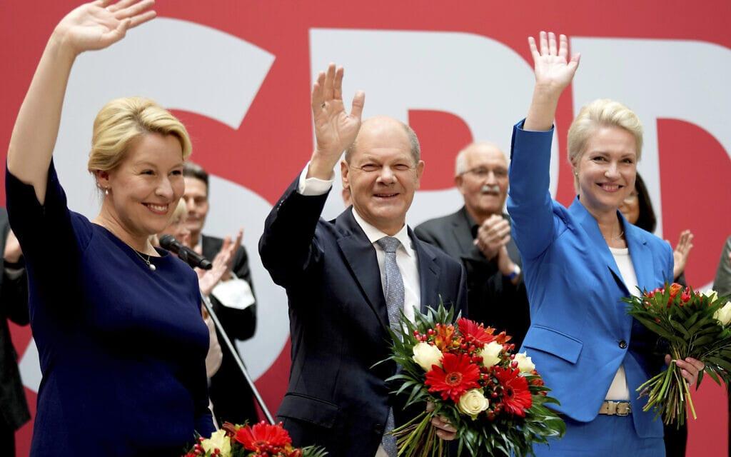 אולף שולץ (במרכז), מועמד המפלגה הסוציאל דמוקרטית לקנצלר גרמניה, פרנסיסקה גיפי משמאל ומנואלה שוויזיג, מועמדות המפלגה, 27 לספטמבר 2021 (צילום: AP Photo/Michael Sohn)
