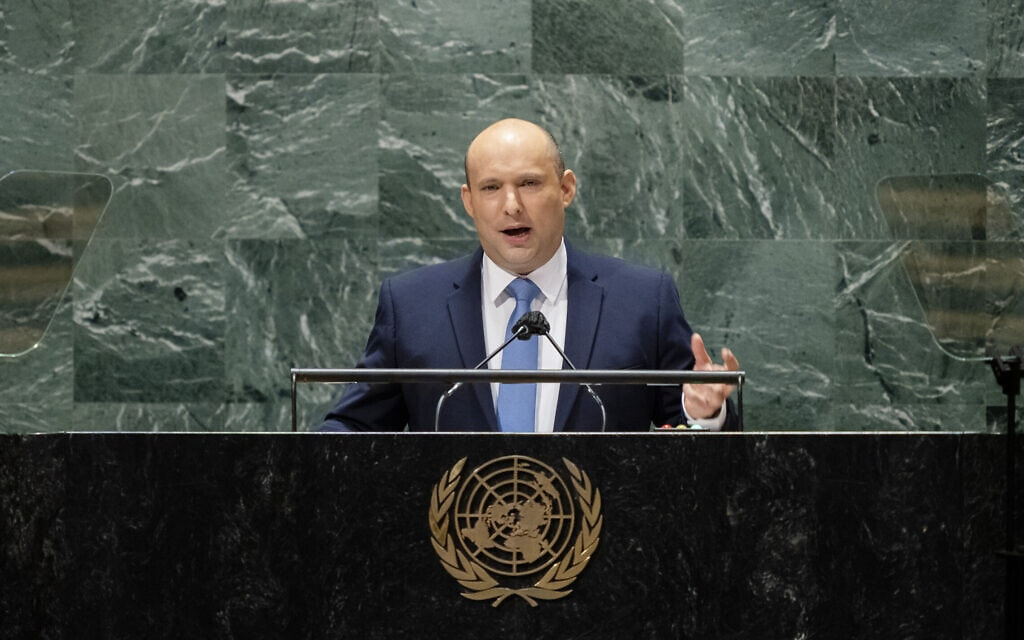 """ראש הממשלה נפתלי בנט נואם בעצרת הכללית של האו""""ם, 27 בספטמבר 2021 (צילום: AP Photo/John Minchillo)"""