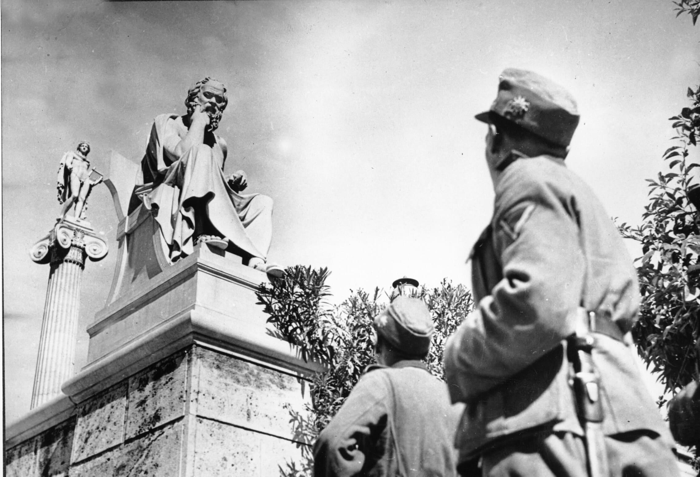 פלישת הנאצים ליוון: חיילים גרמנים מביטים בפסלו של סוקראטס באקרופוליס באתונה, 15 ביוני 1941 (צילום: AP Photo)