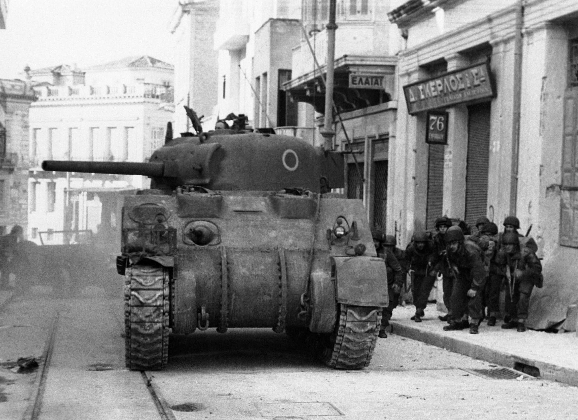 טנק בריטי ברחובות אתונה, יוון, ב-29 בדצמבר 1944 (צילום: AP Photo)