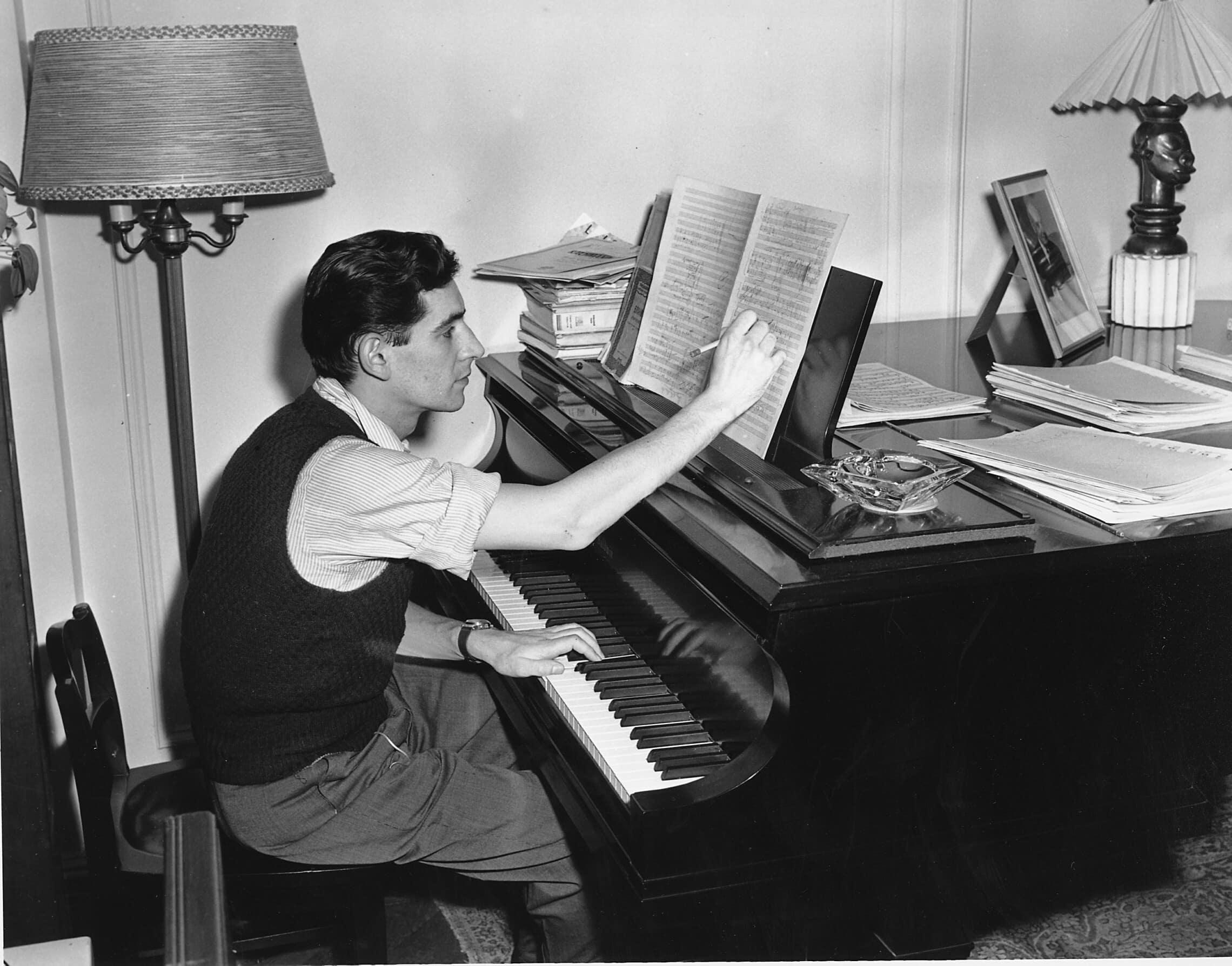 לאונרד ברנשטיין בדירתו בניו יורק ב-1945 (צילום: AP Photo)