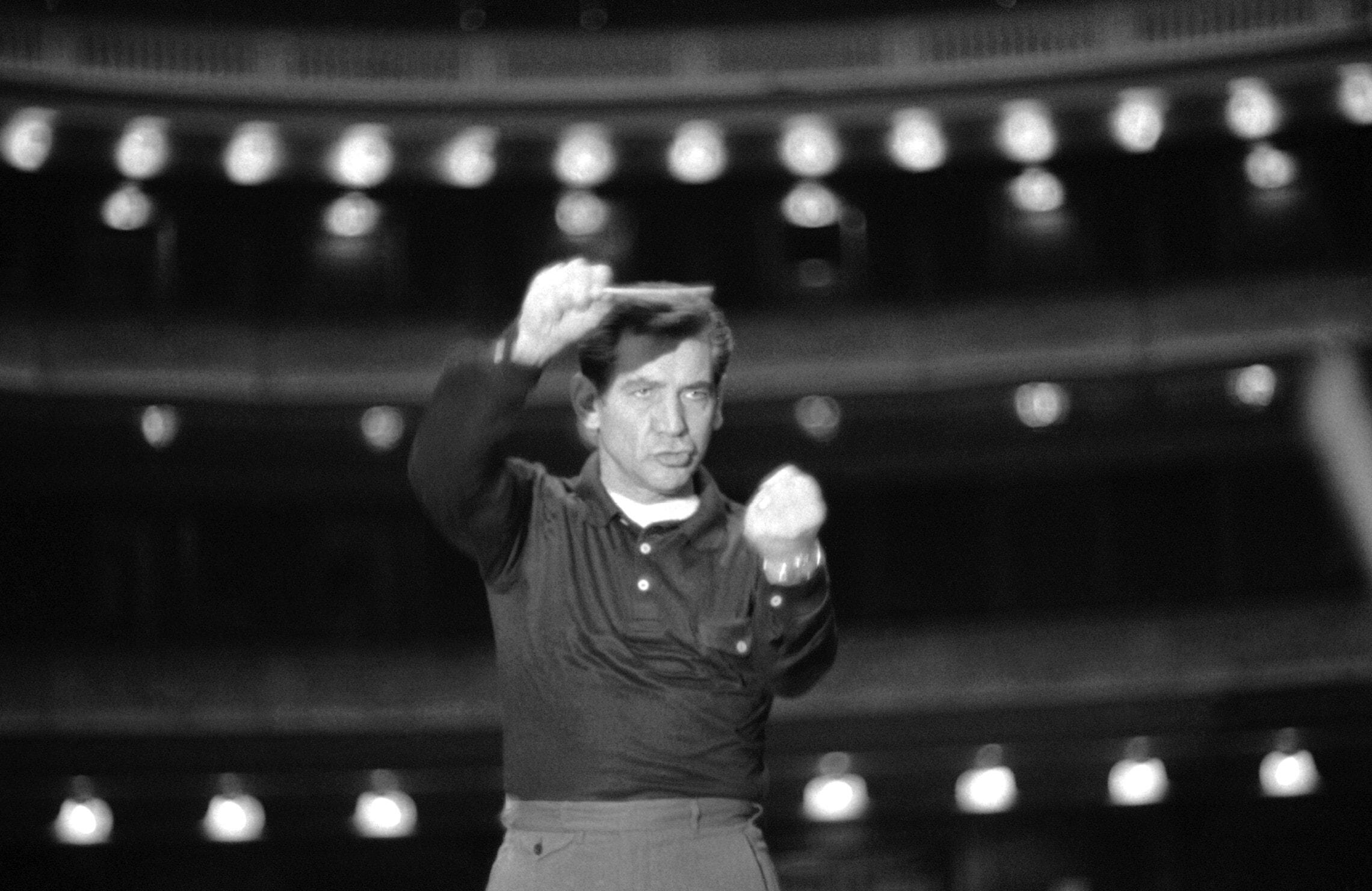 לאונרד ברנשטיין בחזרות עם הפילהרמונית של ניו יורק באולם קרנגי הול ב-1957 (צילום: AP Photo)