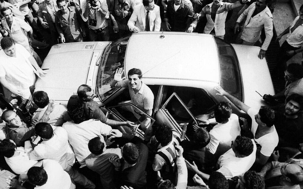 בשיר ג'ומאייל אחרי שנבחר לנשיא לבנון, זמן קצר לפני שנרצח, 23 באוגוסט 1982 (צילום: AP Photo/Rifai)