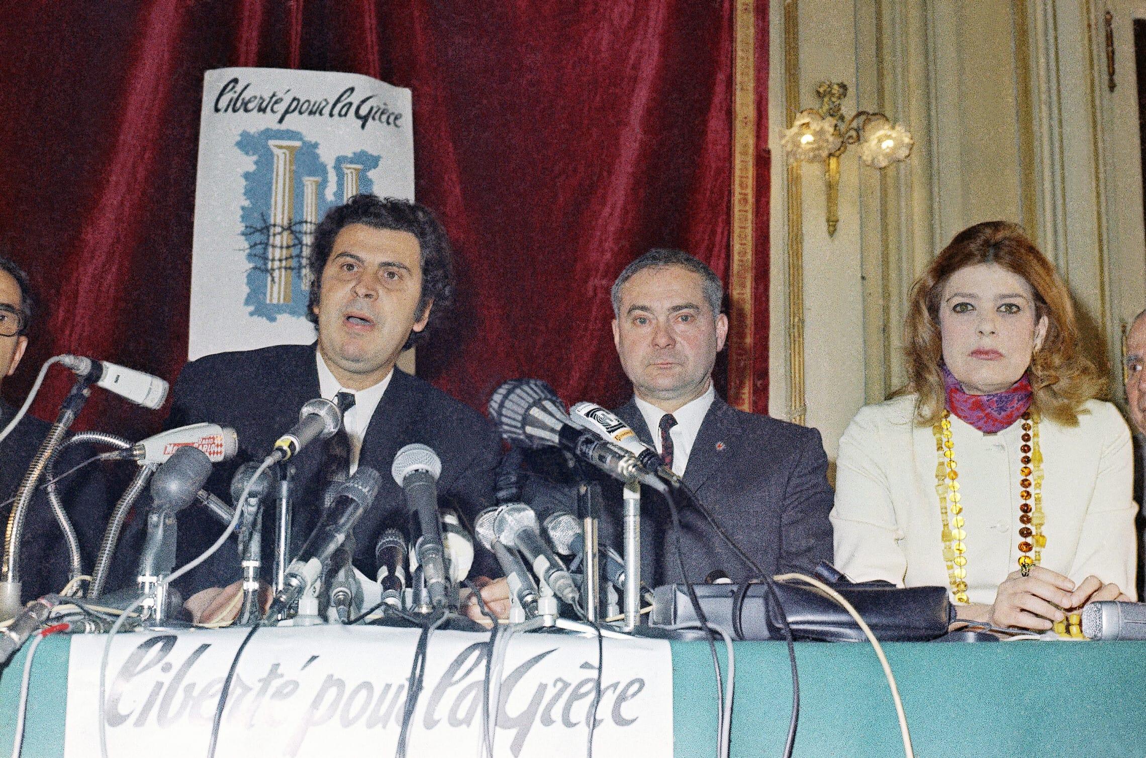 מיקיס תאודוראקיס, משמאל, עם מלינה מרקורי, מימין, במסיבת עיתונאים הראשונה שלו בפריז, ב-29 באפריל 1970 (צילום: AP Photo/Stf/Jean-Jacques Levy)