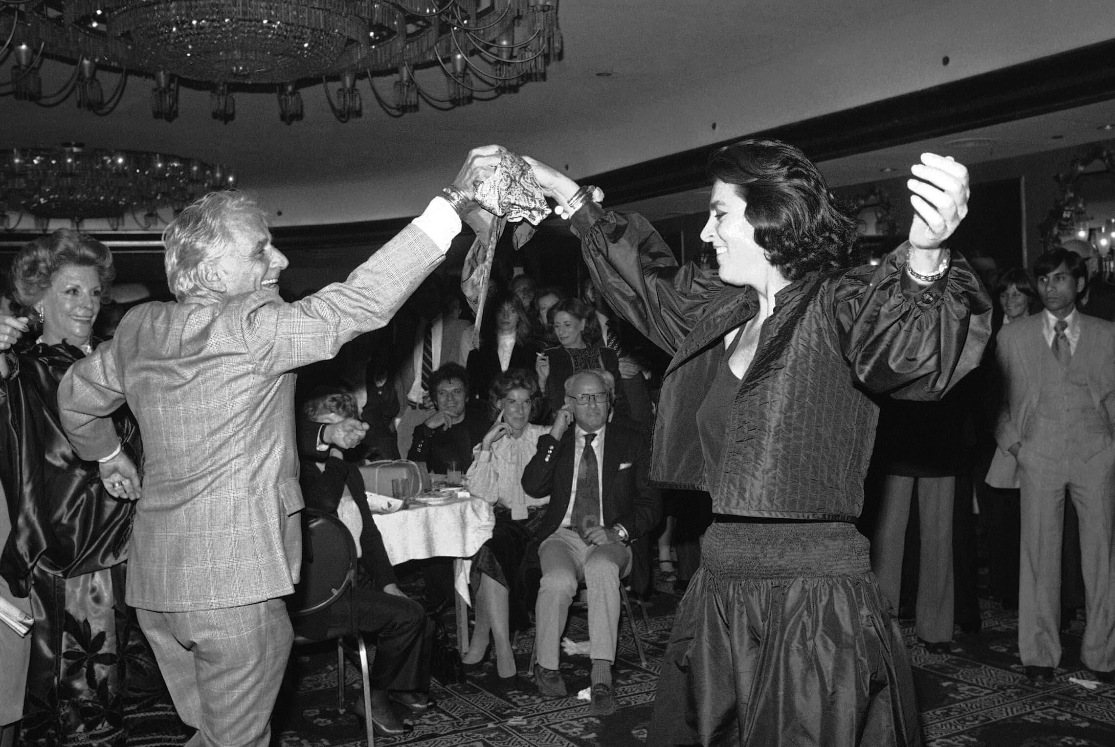 לאונרד ברנשטיין רוקד עם השחקנית איירין פאפאס, 1980 (צילום: AP Photo/Richter)
