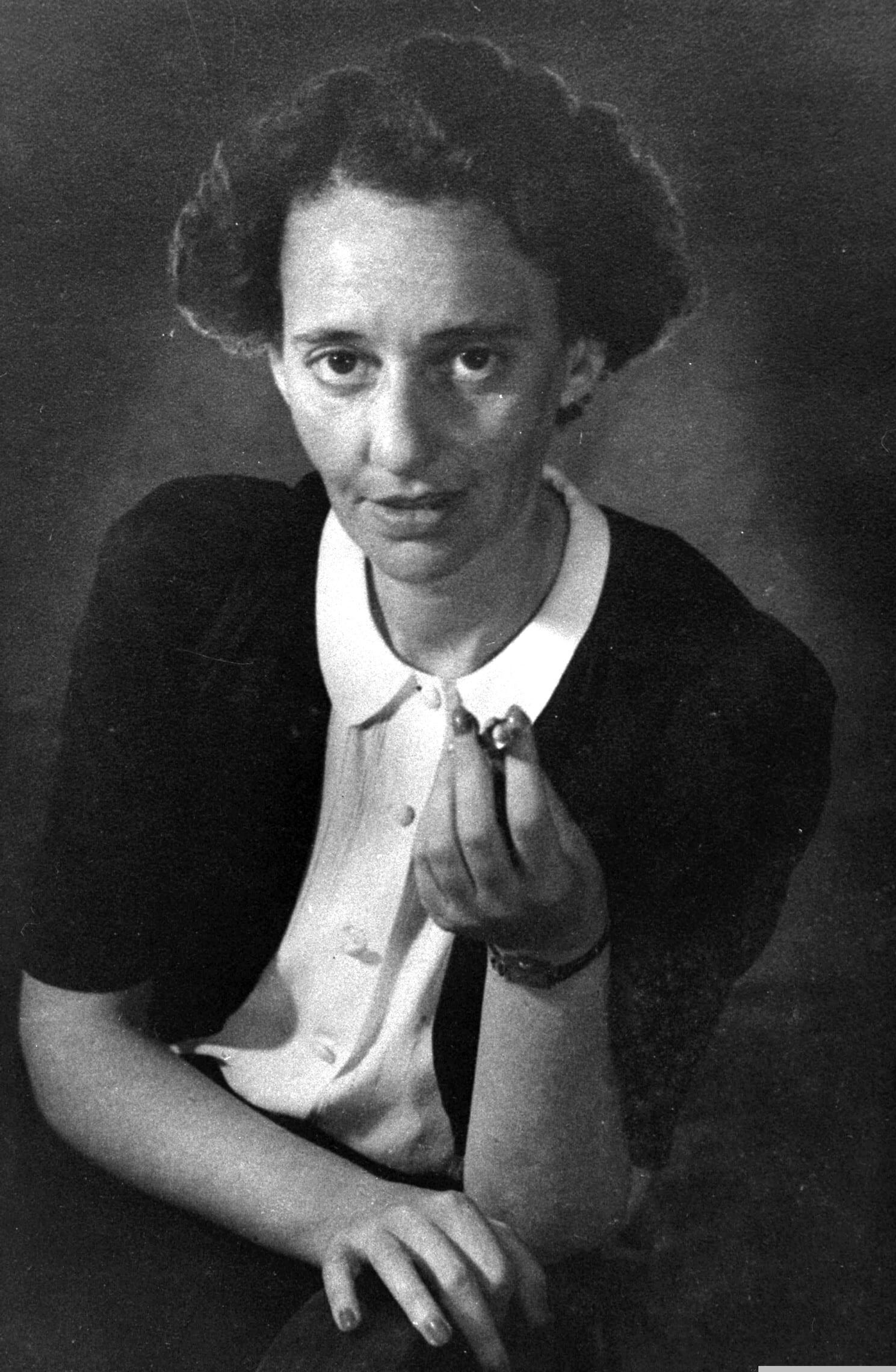"""לאה גולדברג ב-1946 (צילום: דוד אלדן/לע""""מ)"""