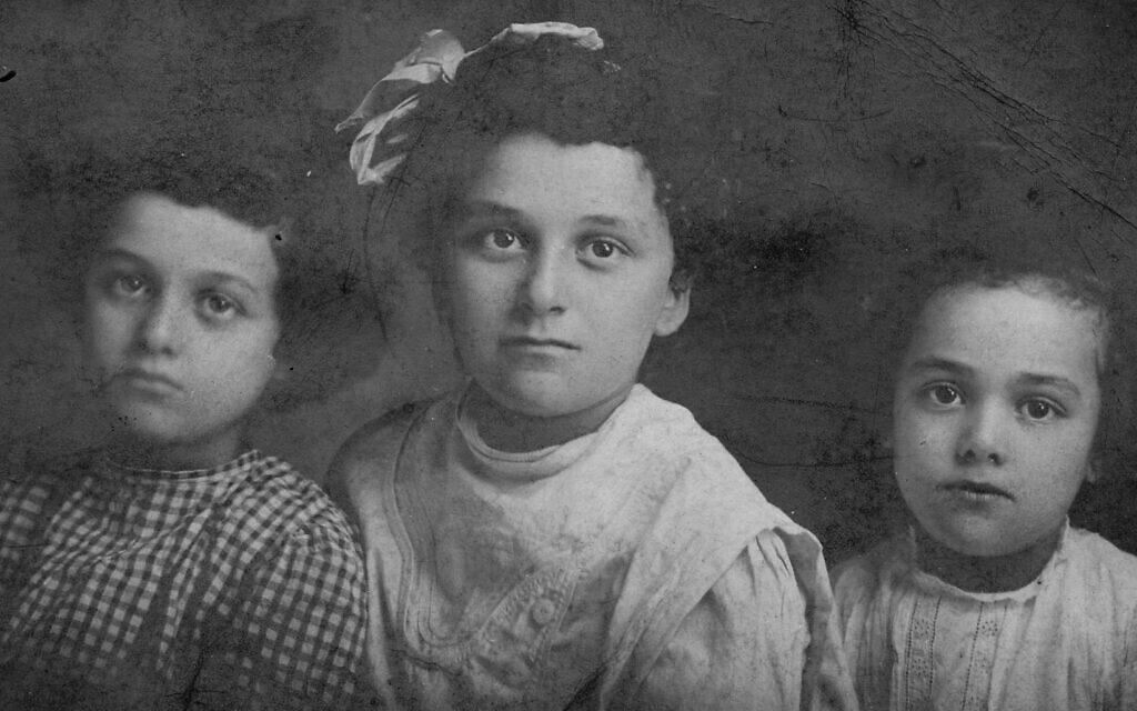 משמאל: מרסלה, מלווינה ורות מוריס כילדות (צילום: באדיבות ג'ולי קלאם)