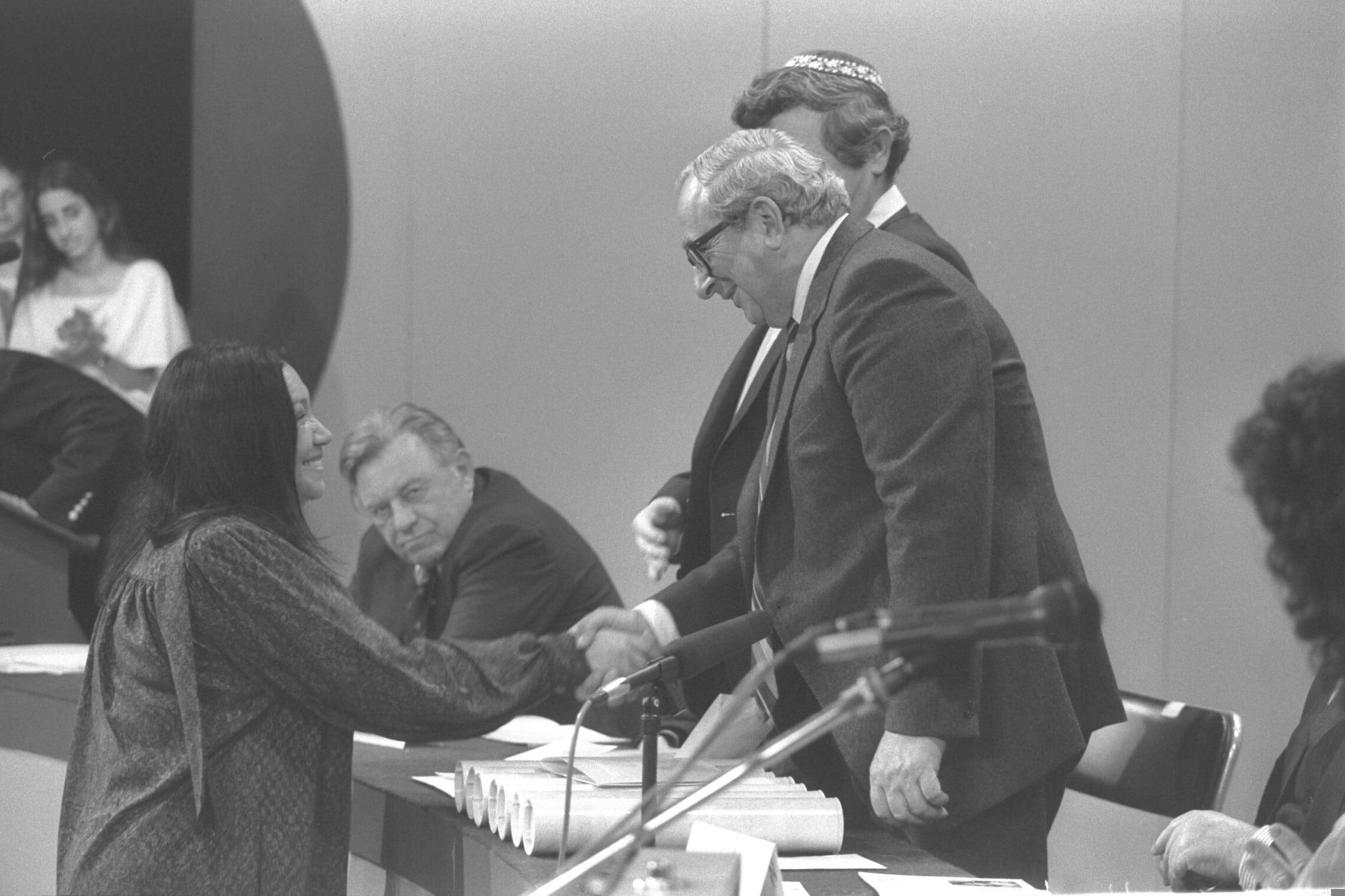 """נעמי שמר מקבלת את פרס ישראל מנשיא המדינה יצחק נבון, 1983 (צילום: נתן אלפרט/לע""""מ)"""