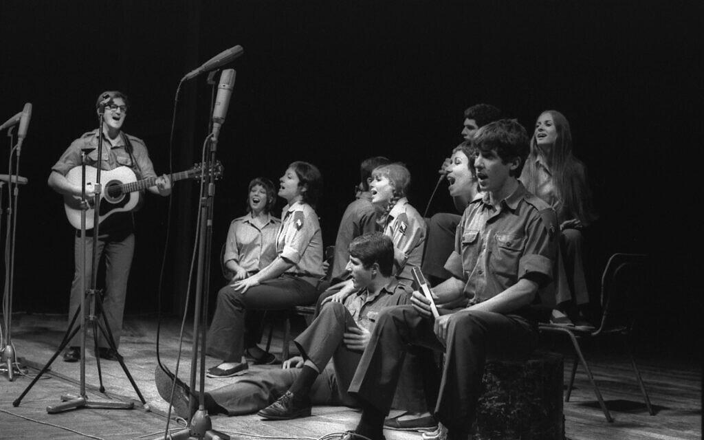 """להקת הנח""""ל מופיעה בהיכל התרבות בתל אביב ב-15 באוקטובר 1972. גידי גוב ראשון מימין, אפרים שמיר משמאל על הגיטרה (צילום: משה מילנר/לע""""מ)"""
