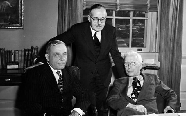 משמאל: אוטו ורבורג, ברנרדו הוסיי ומנהל ה-NIH רולו א' דאייר במכונים הלאומיים לבריאות (צילום: NIH History Office, Public domain, via Wikimedia Commons)