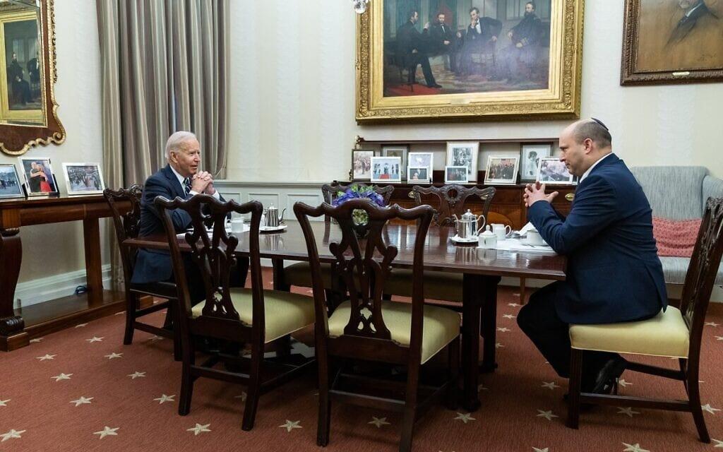 ראש הממשלה נפתלי בנט ונשיא ארצות הברית ג'ו ביידן שותים קפה באזור המגורים של הבית הלבן, 27 באוגוסט 2021 (צילום: הבית הלבן)