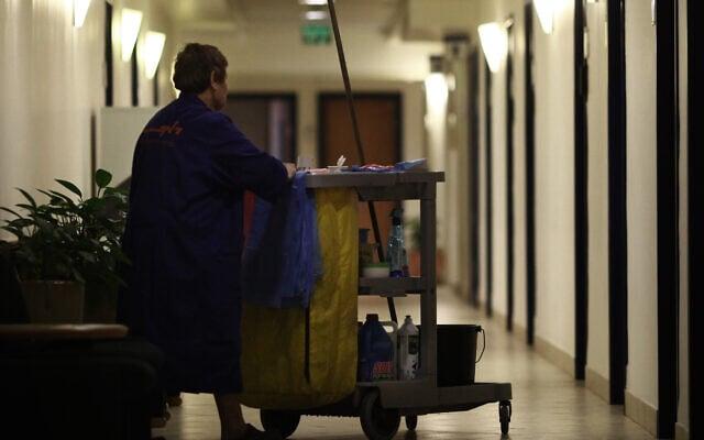 .עובדת נקיון, אילוסטרציה (צילום: Kobi Gideon / Flash90)
