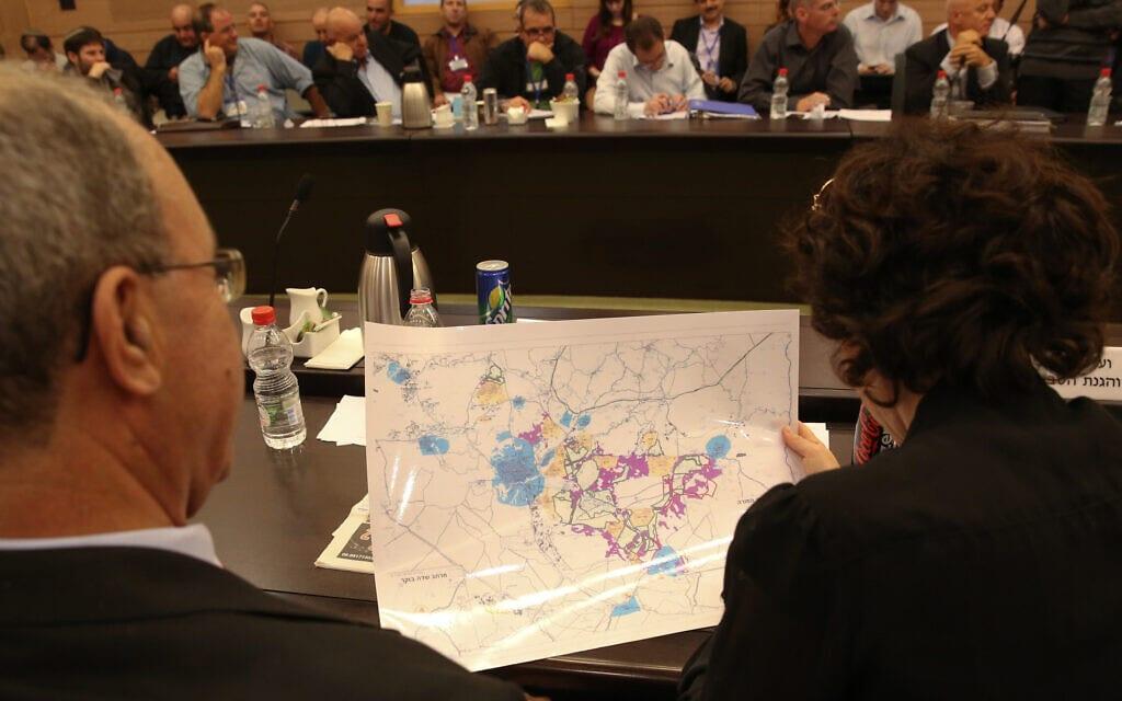 תמר זנדברג בוחנת מפה לפיתוח אזור הנגב בישיבה של ועדת הפנים בכנסת בספטמבר 2011 (צילום: הדס פרוש/פלאש90)