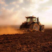 טרקטור מעבד את השדות בעמק יזרעאל (צילום: ענת חרמוני/פלאש90)