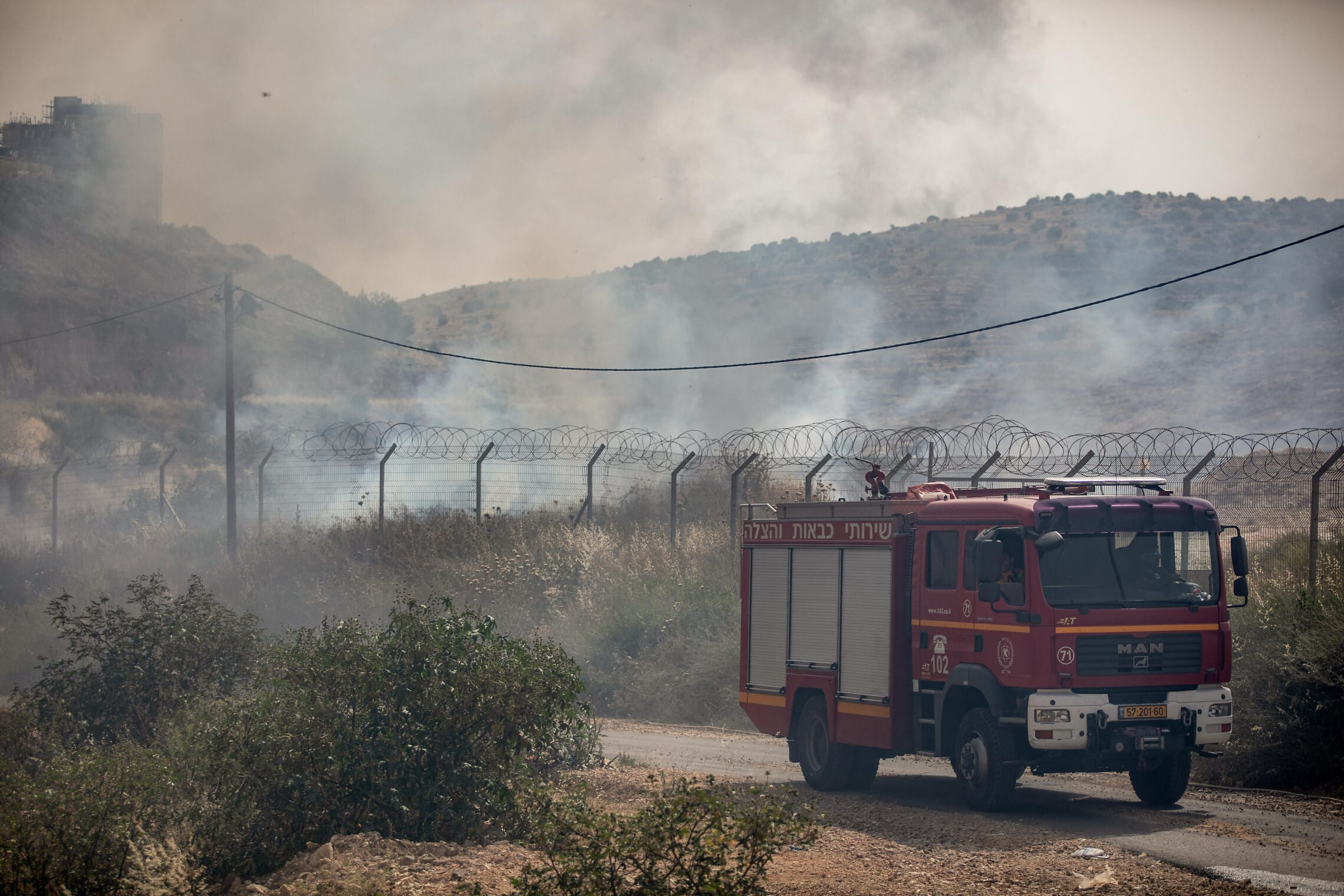 """כבאית של שירותי הכבאות וההצלה בזירת השרפה ליד בית""""ר עלית ב-23 במאי 2019 (צילום: אהרן קרון/פלאש90)"""