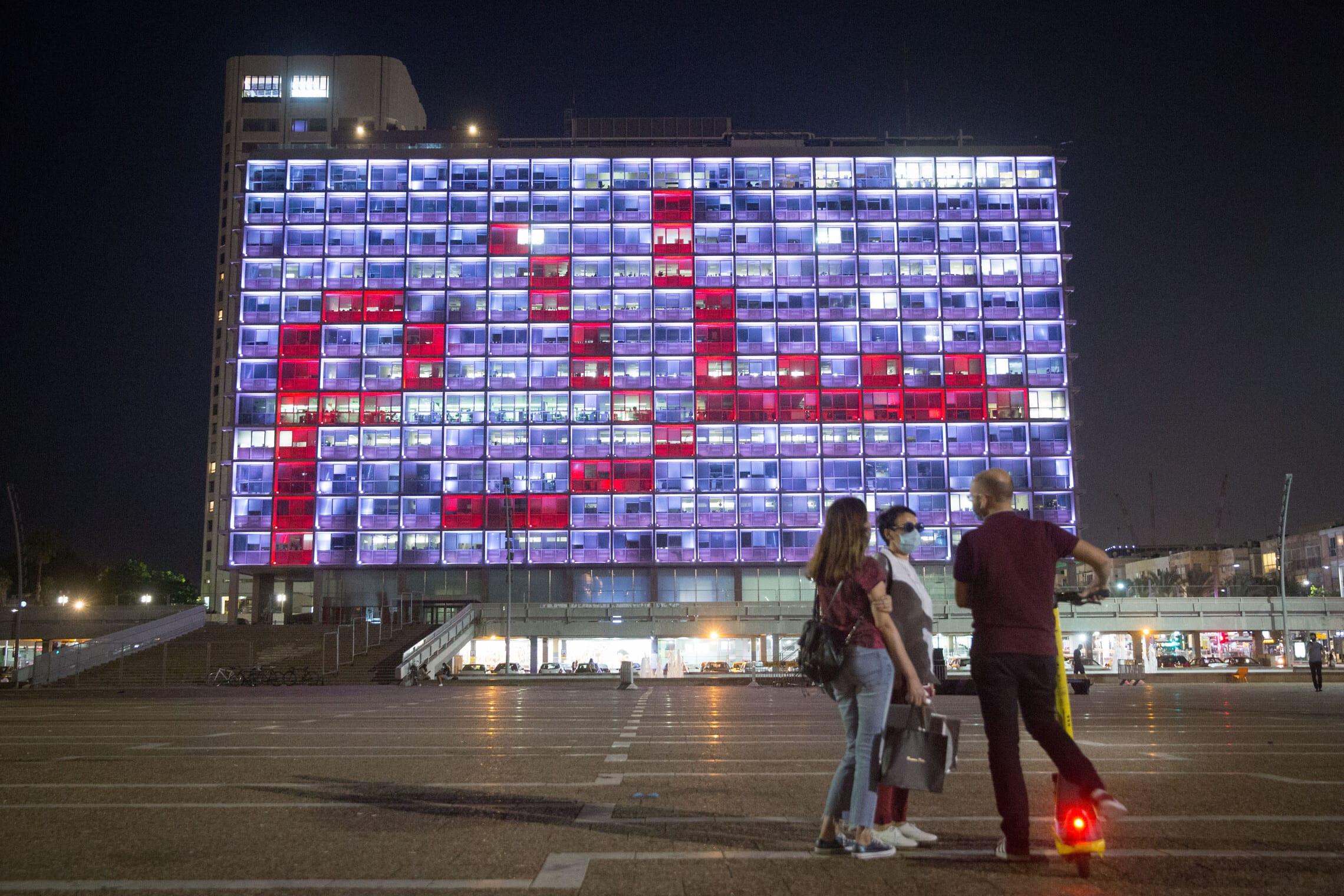"""המילה """"שלום"""" בערבית מוצגת על בניין עיריית תל אביב לאחר החתימה על הסכמי אברהם, 15 בספטמבר 2020"""