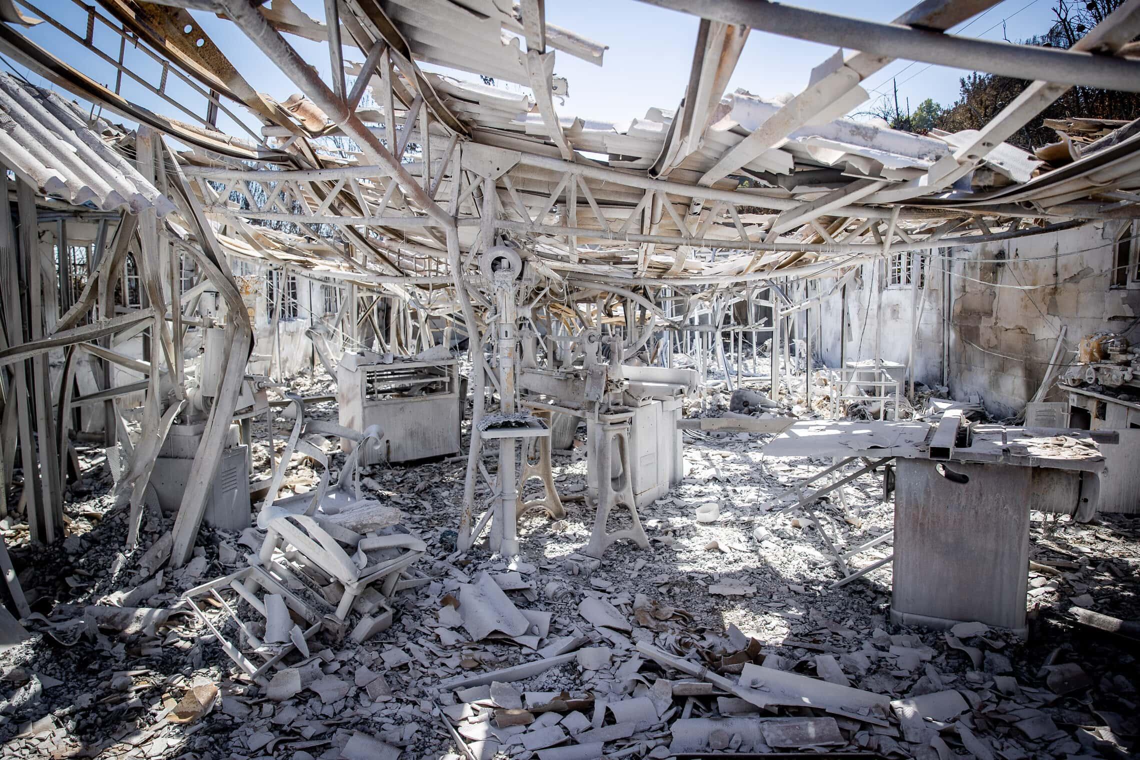 מה שנותר ממפעל לבניית נבלים במושב רמת רזיאל, אחרי השרפה הגדולה בהרי ירושלים, 18 באוגוסט 2021 (צילום: יונתן זינדל/פלאש90)