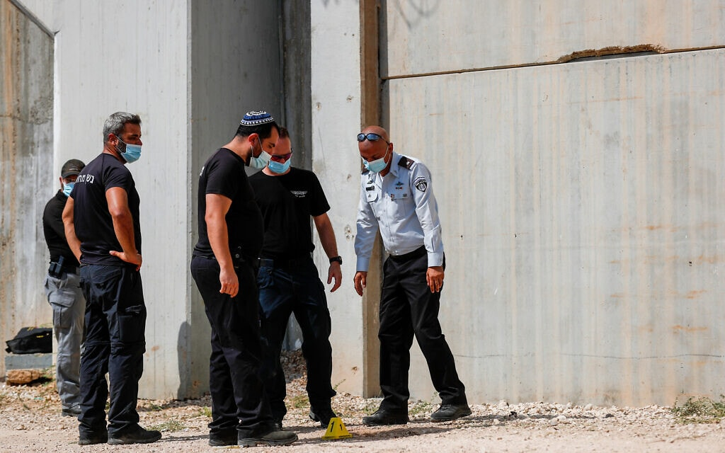 שוטרים ליד המנהרה ממנה נמלטו אסירים ביטחוניים, כלא גלבוע, 6 בספטמבר 2021 (צילום: פלאש90)