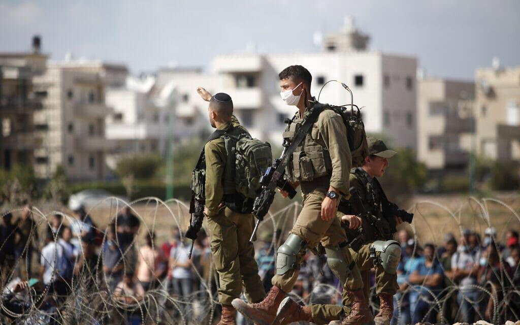 """חיילי צה""""ל בג'נין, במסגרת החיפושים אחר ששת האסירים שנמלטו מכלא גלבוע, 6 בספטמבר 2021 (צילום: Nasser Ishtayeh/Flash90)"""