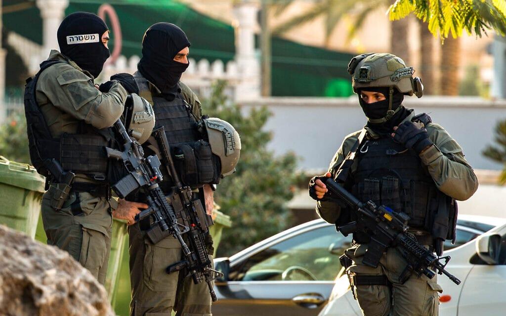 """שוטרי מג""""ב בכפר נאעורה במסגרת החיפושים אחר ששת האסירים שנמלטו מכלא גלבוע, 7 בספטמבר 2021 (צילום: פלאש90)"""