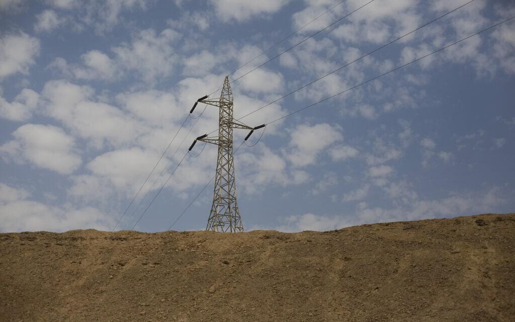 עמוד חשמל במצפה רמון. אילוסטרציה (צילום: ליאור מזרחי/פלאש90)