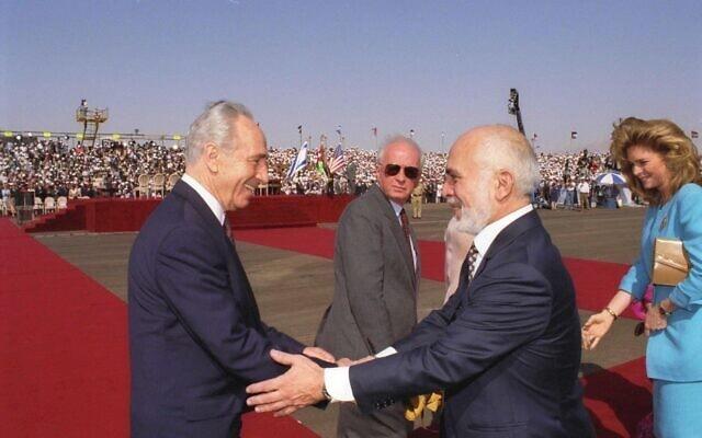 """שמעון פרס כשר החוץ מברך את חוסיין מלך ירדן לפני החתימה על הסכם השלום עם ירדן (צילום: לע""""מ)"""