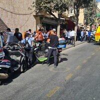 """צוותי רפואה בסמוך לזירה שבה נדקרו שני עוברי אורח ליד התחנה המרכזית בירושלים, 13 בספטמבר 2021 (צילום: דוברות זק""""א)"""