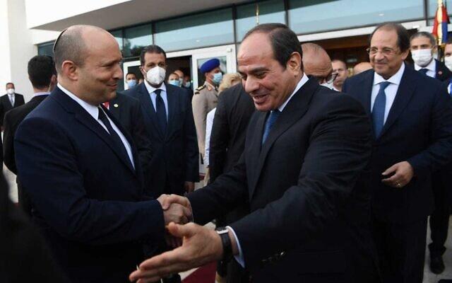 """ראש הממשלה נפתלי בנט ונשיא מצרים עבד אל-פתח א-סיסי בשארם א-שייח, 13 בספטמבר 2021 (צילום: קובי גדעון, לע""""מ)"""
