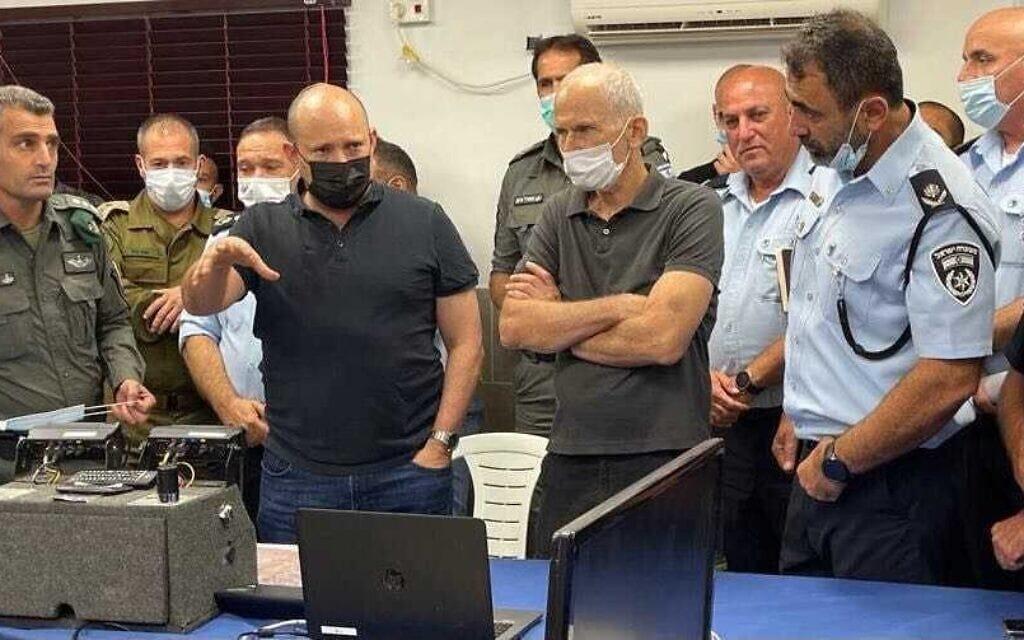"""השר לביטחון פנים עמר בר-לב וראש הממשלה נפתלי בנט בחפ""""ק החיפוש אחר האסירים הנמלטים מכלא גלבוע, 10 בספטמבר 2021 (צילום: דוברות המשטרה)"""