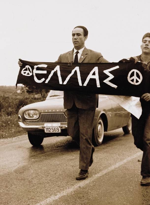 """גריגוריס למברקיס בתהלוכה בין אתונה למרתון עם השלט """"שלום"""", חודש לפני הירצחו. 21 באפריל 1963"""