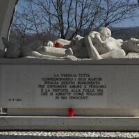 פסל להנצחת קורבנות הטבח בסנטה אנה די סטאצמה, 22 בפברואר, 2008 (צילום: Wikimedia Commons/ Hans Peter Schaefe)