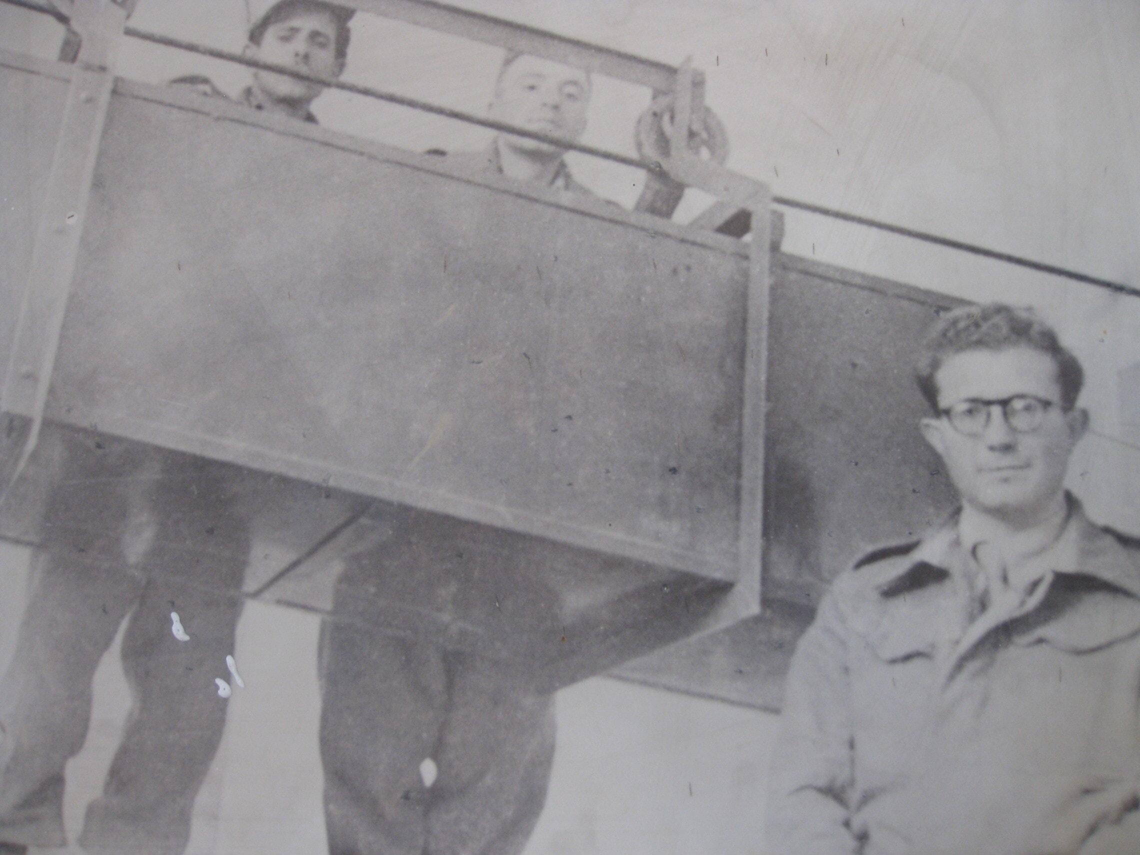 """אוריאל חפץ ליד הרכבל בהר ציון, 1954 (צילום: דובר צה""""ל)"""