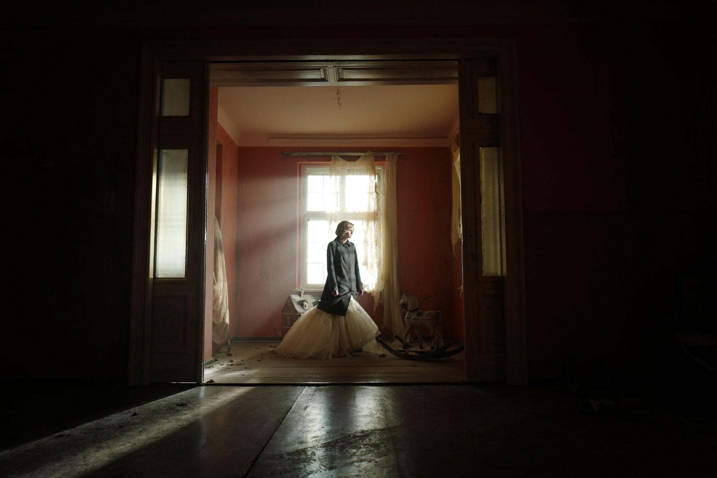 """קריסטן סטיוארט בתפקיד הנסיכה דיאנה בסרט """"ספנסר"""" (צילום: Neon)"""