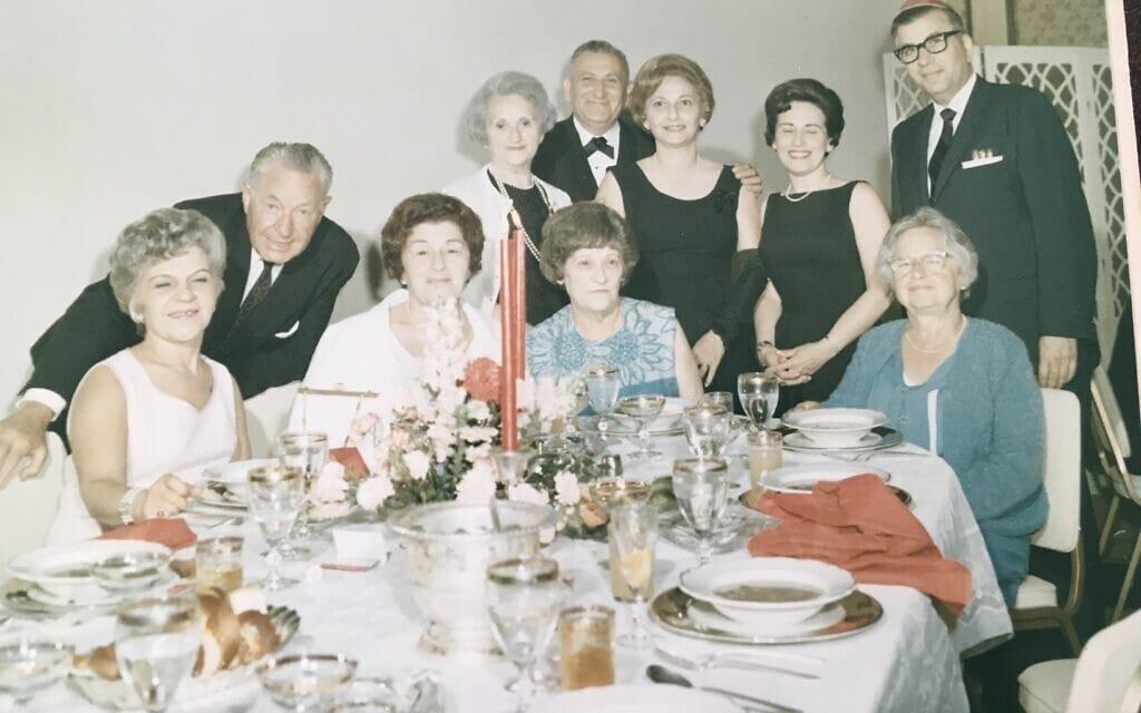 תמונה של האחיות מוריס שצולמה בבר מצווה ב-1966. מלווינה, רות וסלמה יושבות בשורה הראשונה: שנייה, שלישית ורביעית משמאל (צילום: באדיבות ג'ולי קלאם)