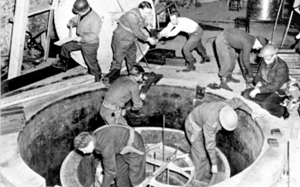 חברי תוכנית הגרעין מפרקים את הכור הגרעיני הניסיוני של הנאצים בהייגרלוך (צילום: Public domain)