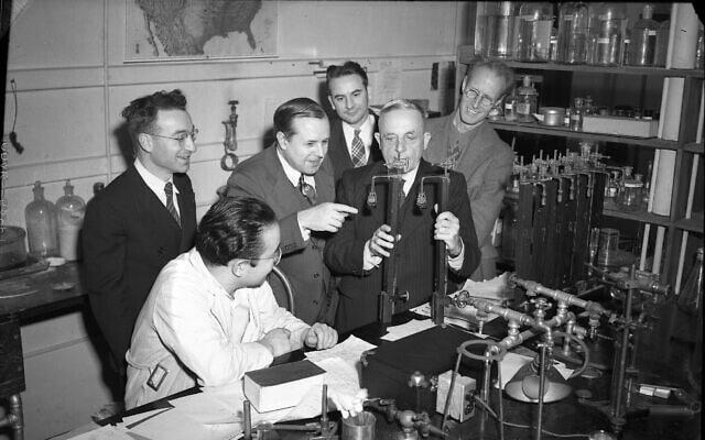 אוטו ורבורג (שני מימין) עם מדענים באוניברסיטת אילינוי (צילום: ארכיון אוניברסיטת אילינוי)