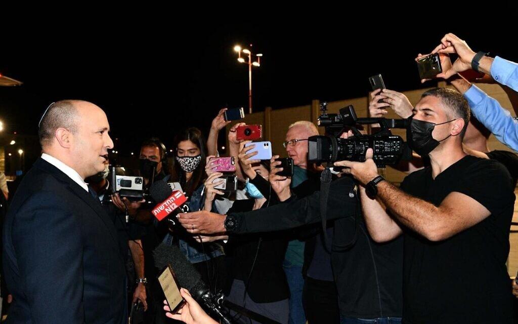 """ראש הממשלה נפתלי בנט עם העיתונאים לפני עלייתו לטיסה לניו יורק, 25 בפברואר 2021 (צילום: אבי אוחיון /לע""""מ)"""
