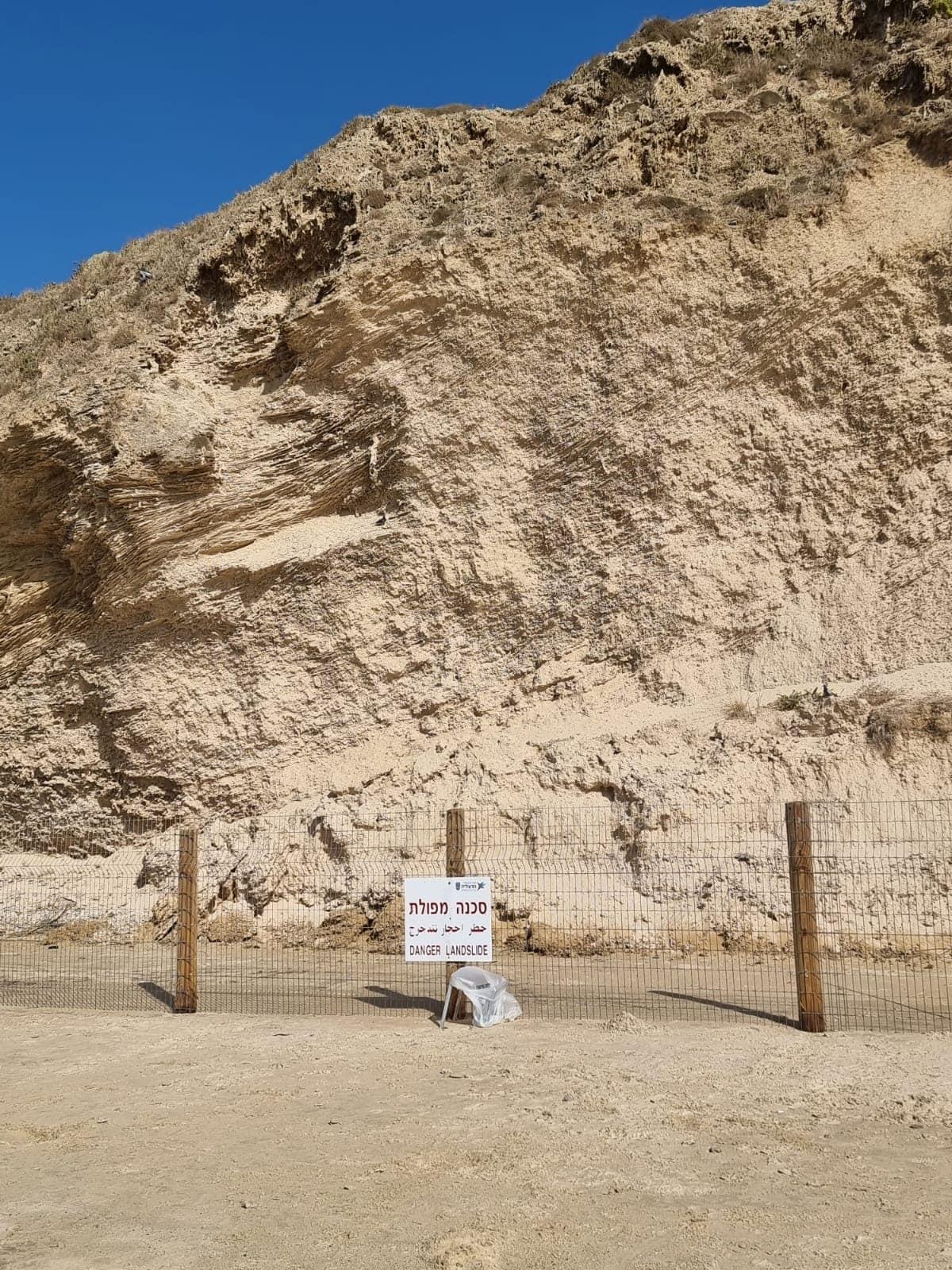 חוף הרצליה אחרי נפילת המצוק, ספטמבר 2021 (צילום: אביב לביא)