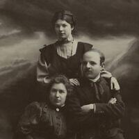 חיים נחמן ביאליק ואשתו מאניה עם בת אחותו (צילום: הספרייה הלאומית, עיבוד מחשב)