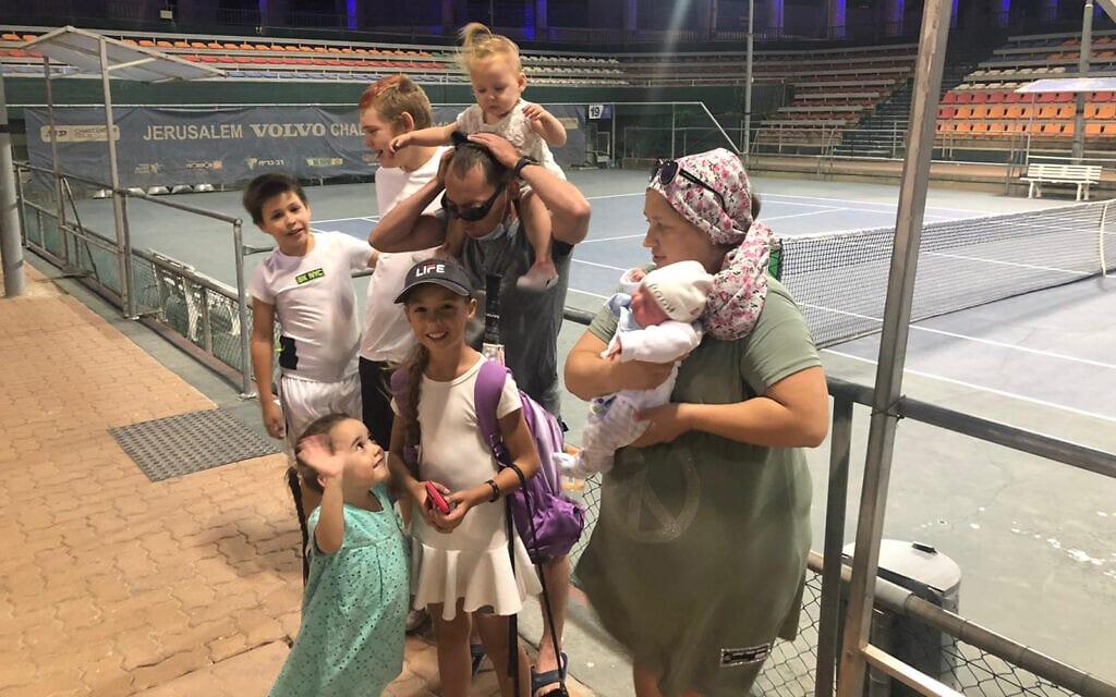 משפחת שומסקי כמעט בהרכב מלא: סימנה במרכז, עם האם דריה והאב איגור, במרכז הטניס בירושלים, אוגוסט 2021 (צילום: שלום ירושלמי)