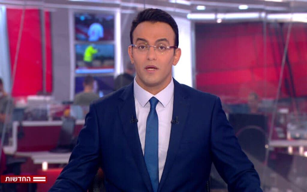עפר חדד מגיש את משדר החדשות של ערוץ 12 בשלוש אחר הצהריים (צילום: צילום מסך)