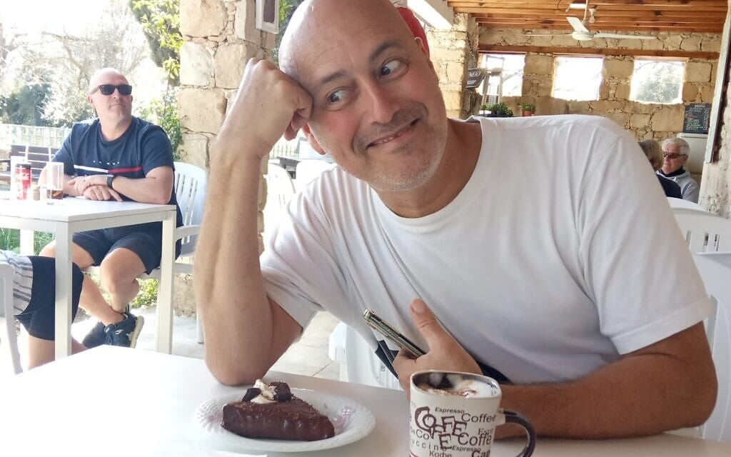 """אריאל קרס עם עוגת השוקולד ב""""גן העשבים"""" (צילום: אפרת קרס)"""