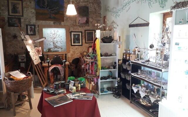 """הגלריה והחנות של """"גן העשבים"""" (צילום: אפרת קרס)"""