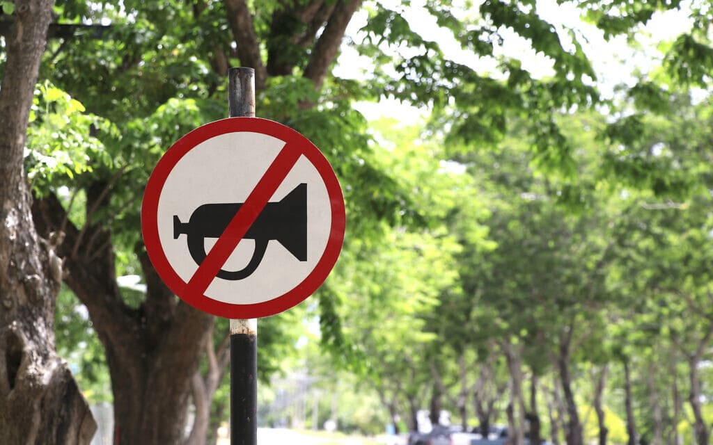 תמרור אזהרה על איסור לצפור. אילוסטרציה (צילום: iStock)