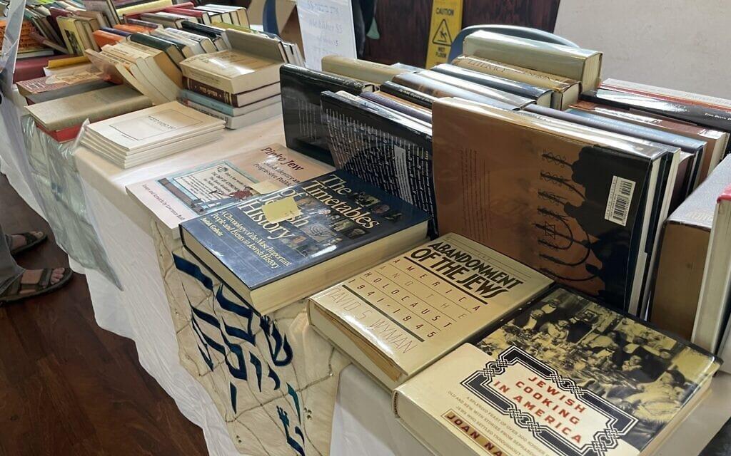 ספרים למכירה ביידישלנד, אוגוסט 2021 (צילום: דניאל זירי)