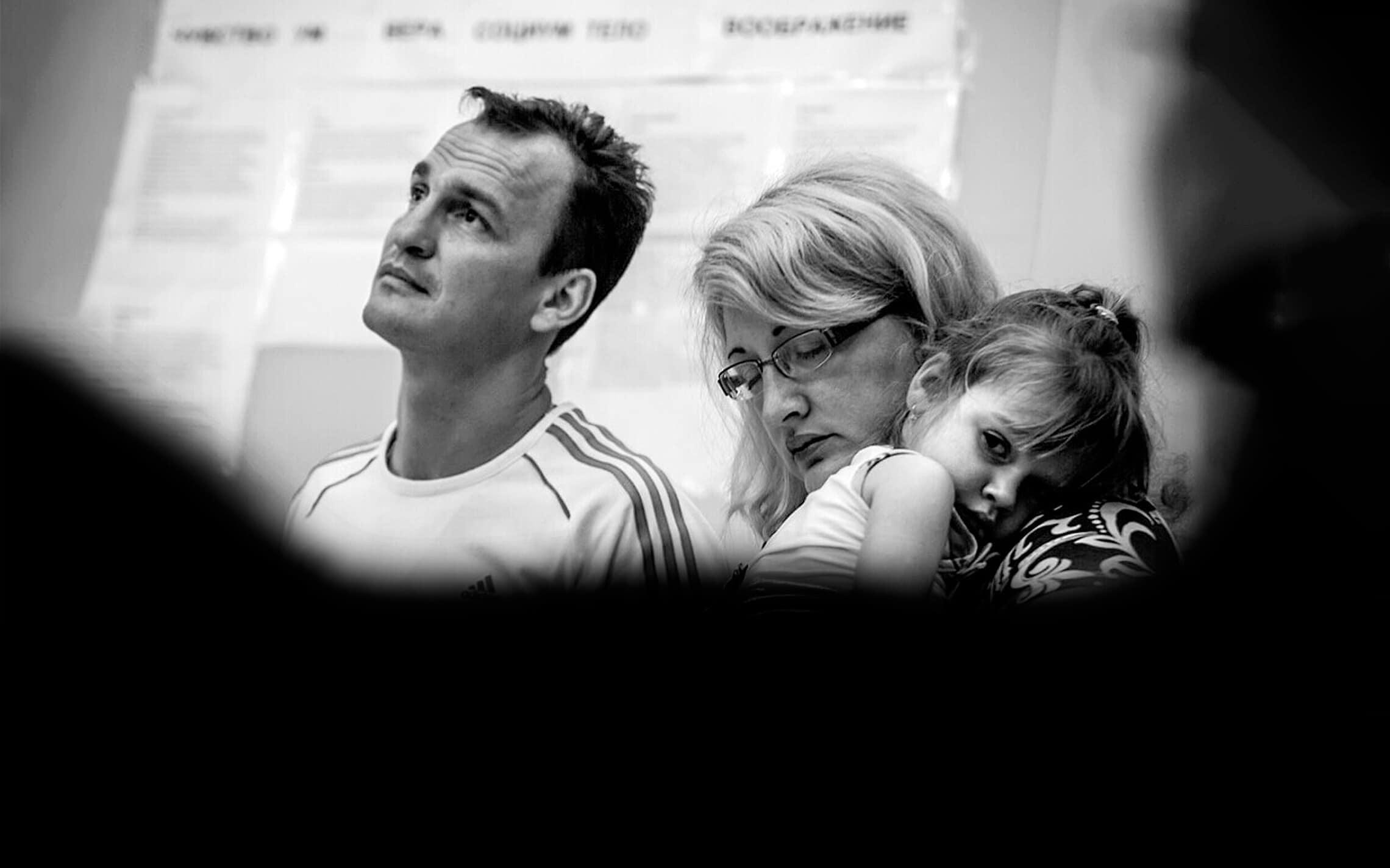 """משפחות ההרוגים בהתרסקות המטוס הסיבירי בטיסה 1812 מחכות למידע על יקיריהן, אוקטובר 2001 (צילום: אדוארד קפרוב, עמותת סל""""ע)"""