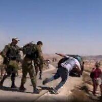 פעיל זכויות אדם ישראלי נדחף מאחור ומוטח אל הקרקע על-ידי קצין בדרגת רס״i, צילום מסך מתוך סרטון פייסבוק של פעילי השלום