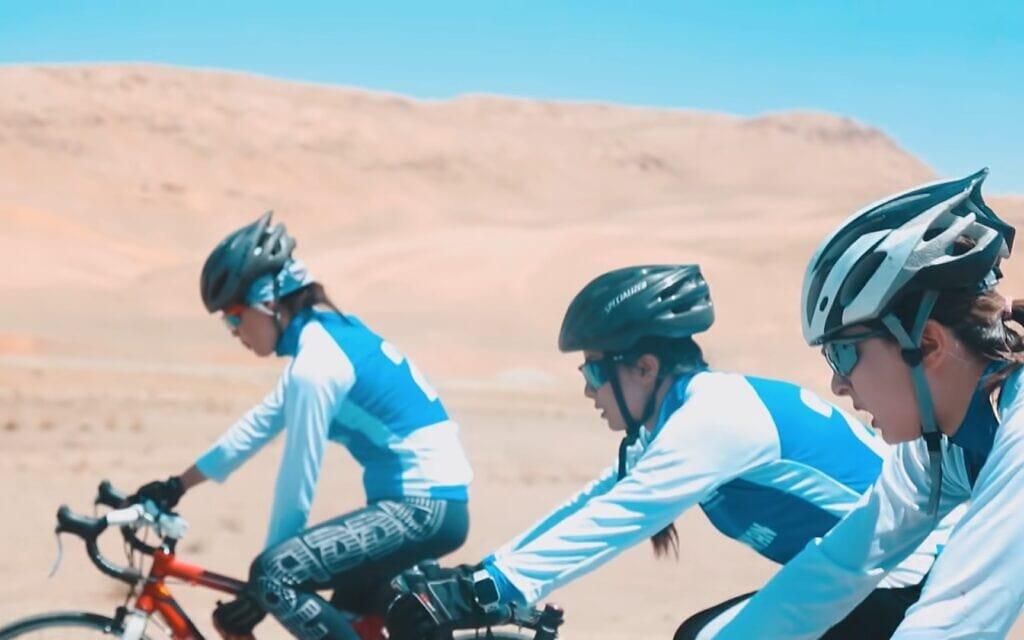 נבחרת רוכבות האופניים של אפגניסטן, צילום מסך מסרט של  Neman Noori