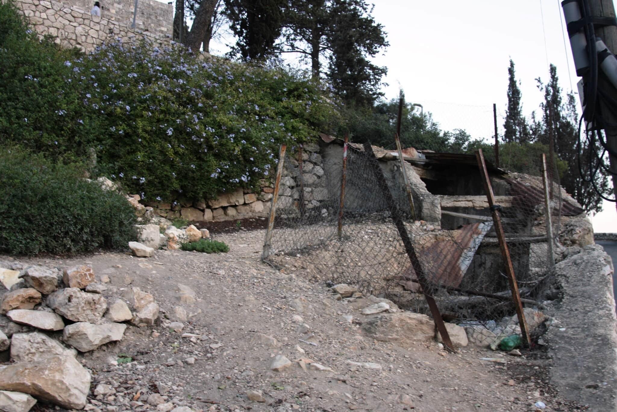מנהרת הר ציון לפני השיפוצים: צוברת אשפה ואבק (צילום: שמואל בר-עם)